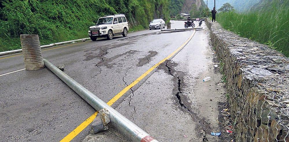अबिरल वर्षापछि राजमार्ग तथा विद्युत् आयोजना अवरुद्ध