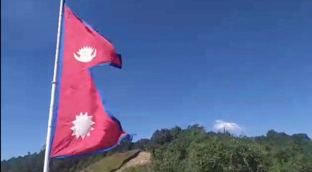 पर्यटकीय गन्तब्य सामथाङमा १५ फिटको राष्ट्रिय झण्डा फहरायो